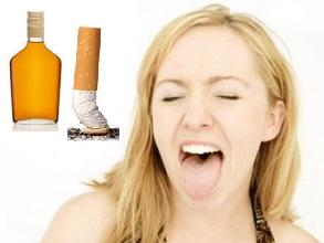 Droge mond door alcohol en roken
